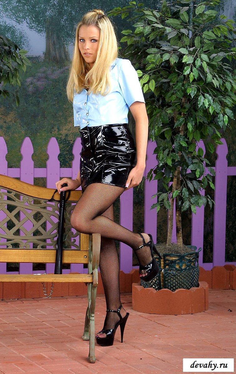Девушка на фоне фиолетового заборчика