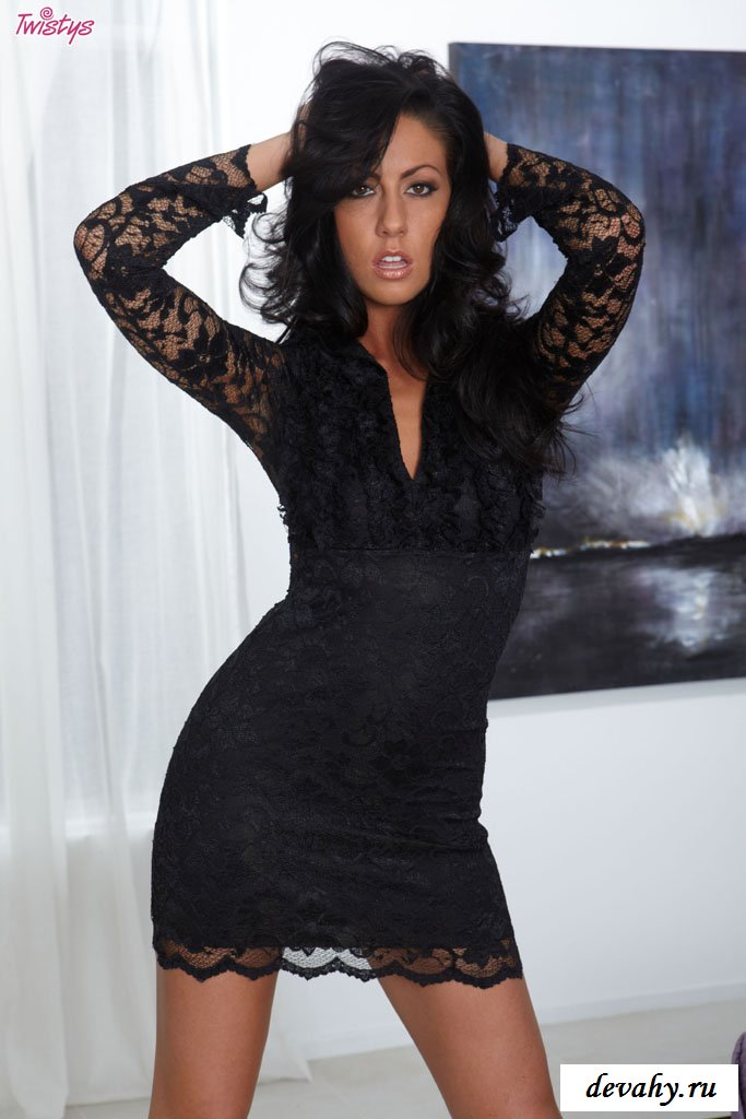 Пламенная тёмненькая в чёрном платье