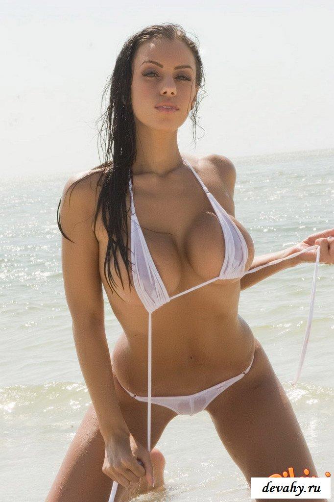 Брюнетка в прозрачном бикини