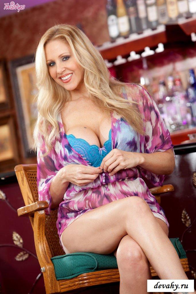 Julia Ann в восхитительной цветной блузке и без нее секс фото