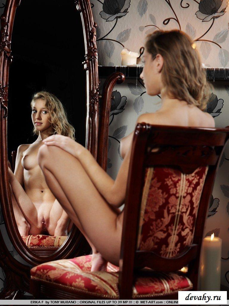 Девка у зеркала с раздвинутыми ножками