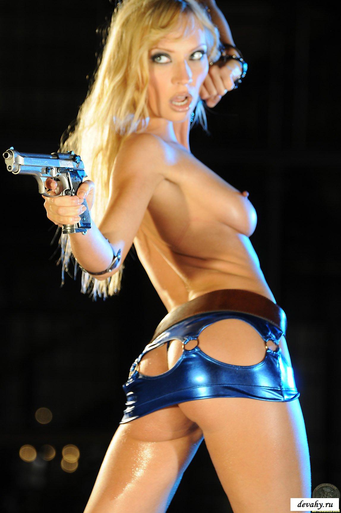 Девушка вооруженная и очень опасна