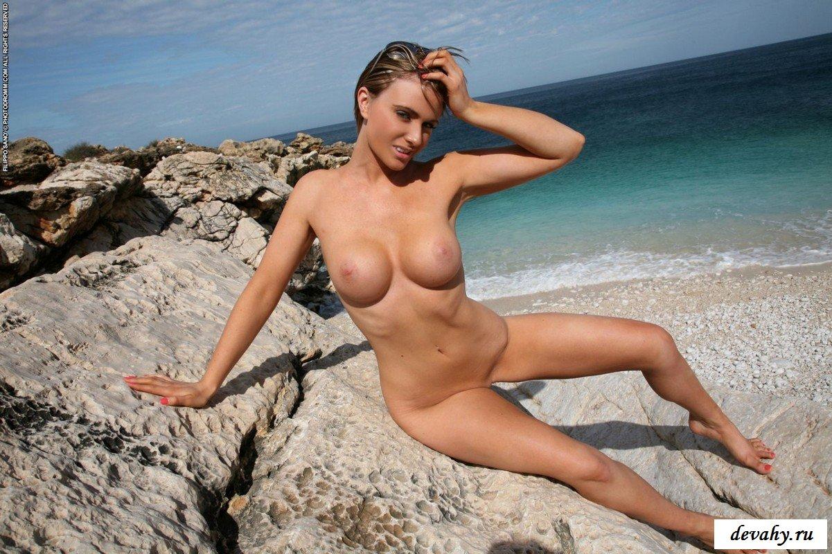 На каменистом песке