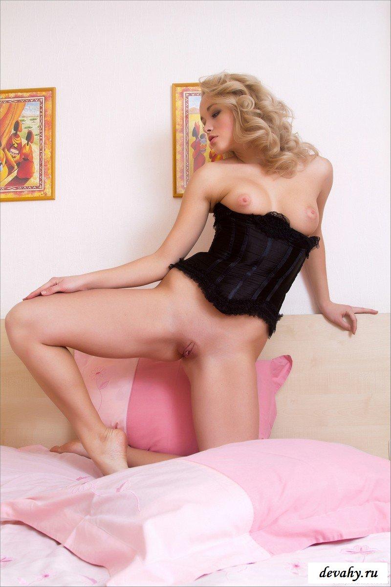 Блондиночка в розовом козетке