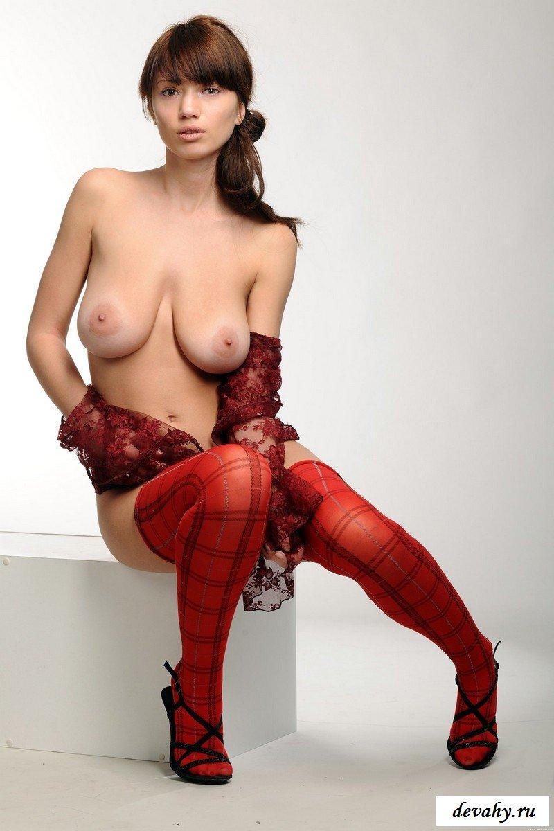 Телка с в красных чулках и огромными сиськами