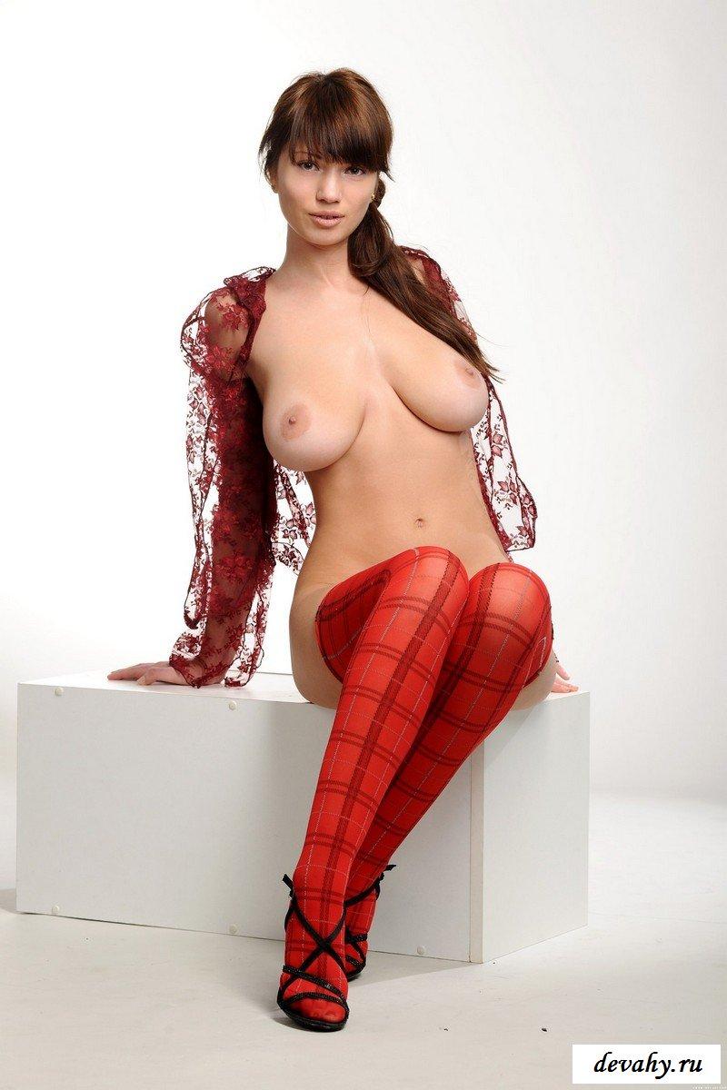 Деваха с в красных чулочках и большой грудью