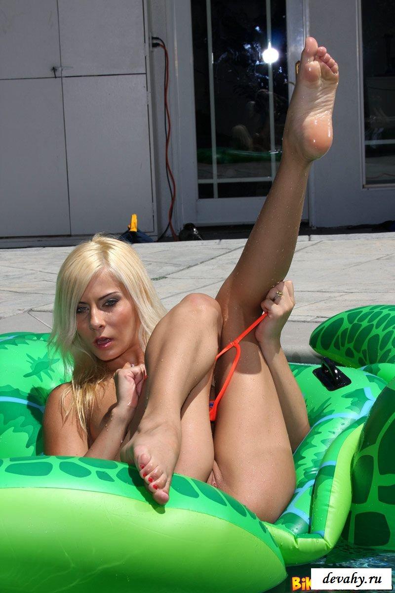 Прекрасная светлая порноактриса на фоне бассейна