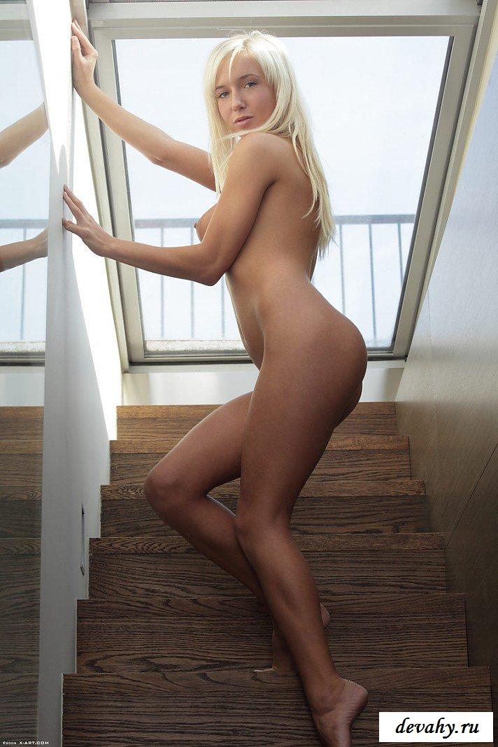 Соблазнительная загорелая блондинка