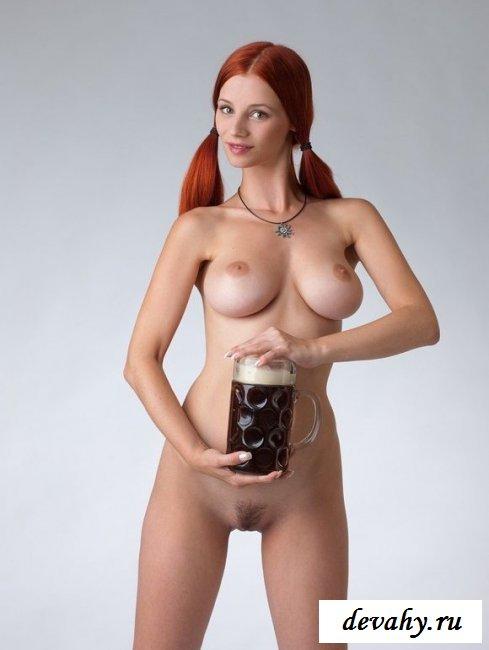Груди красотки с пивом