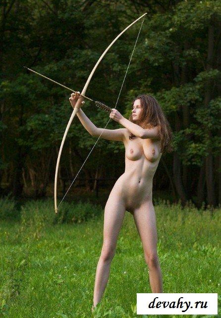 Голая лучница на зеленой травке