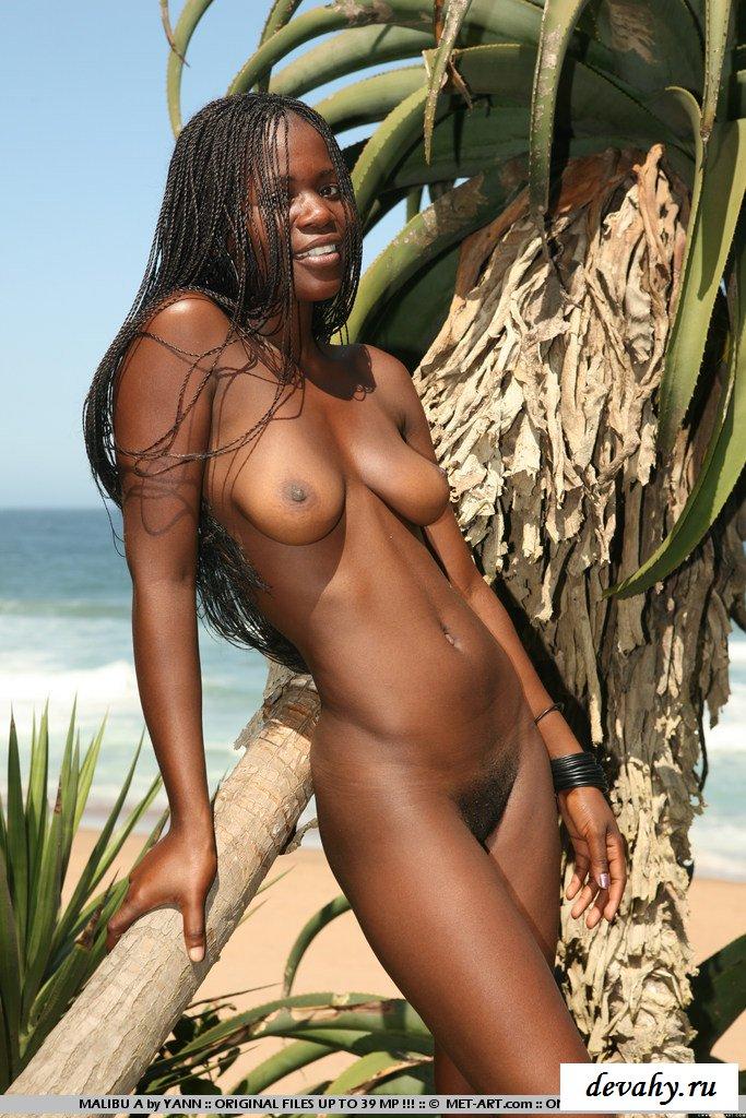Возбуждённая негритянка на берегу моря секс фото