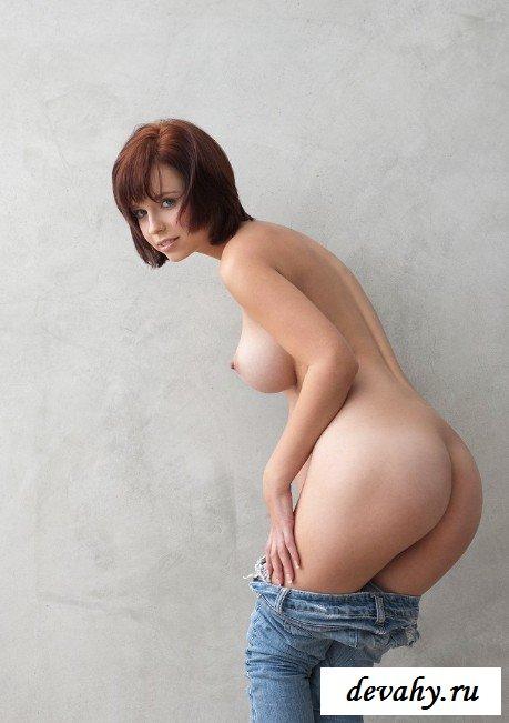 Миниатюрная девушка с красивой грудью