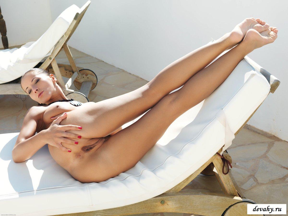 Я голая легла и ноги вверх подняла, Молодая девка разделась до гола и легла на пол 21 фотография