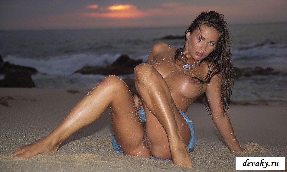 Заросшая пися двушки на берегу моря