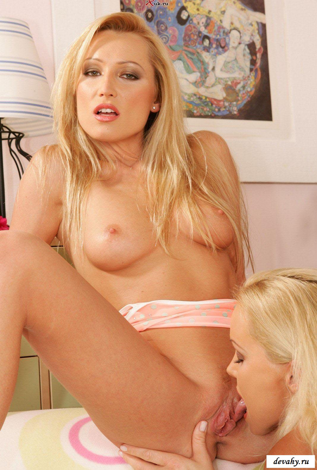 Блондиночки жадно целуются