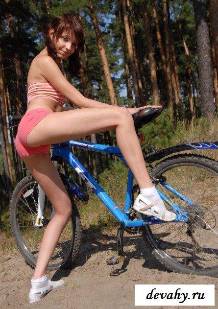 Обнаженная девочка на поляне секс фото