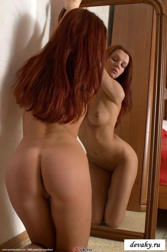 Шоколадная красоточка перед зеркалом