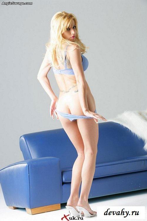 Гламурная блондинка купила дорогое белье