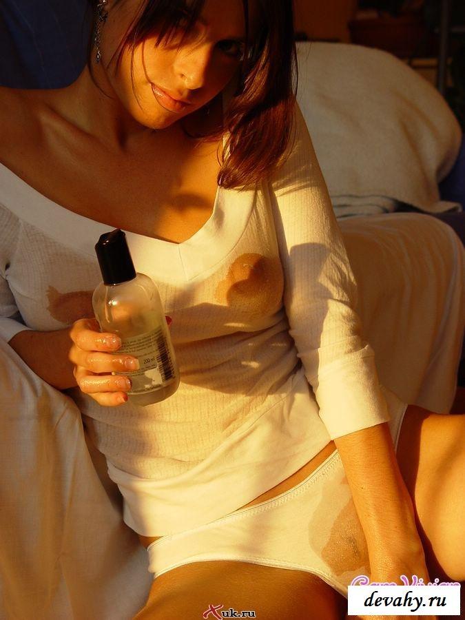 Пошлячка поливает маслом тело смотреть эротику