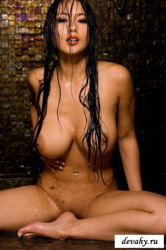 Возбужденная девушка под душем