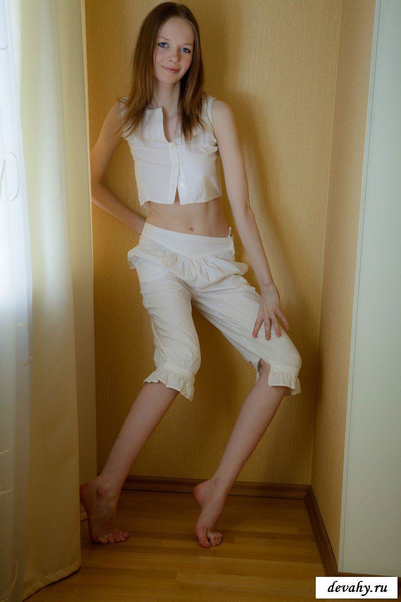 Худенькая малышка приспустила штаны