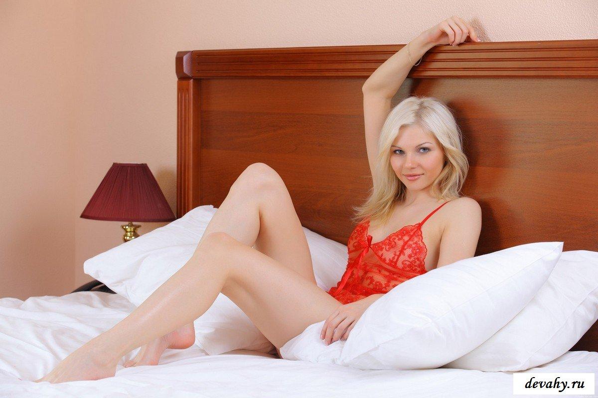 Светлая порно звезда в красном в постели