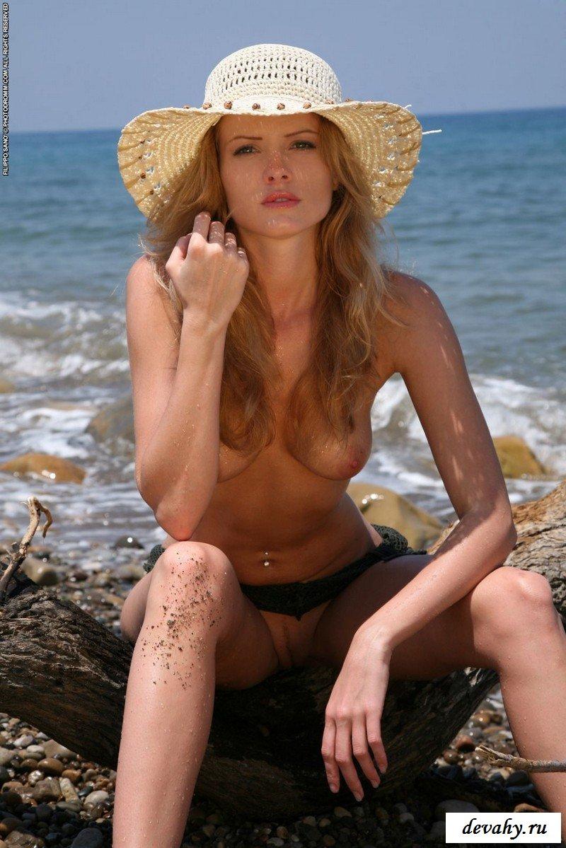 На диком каменном пляже