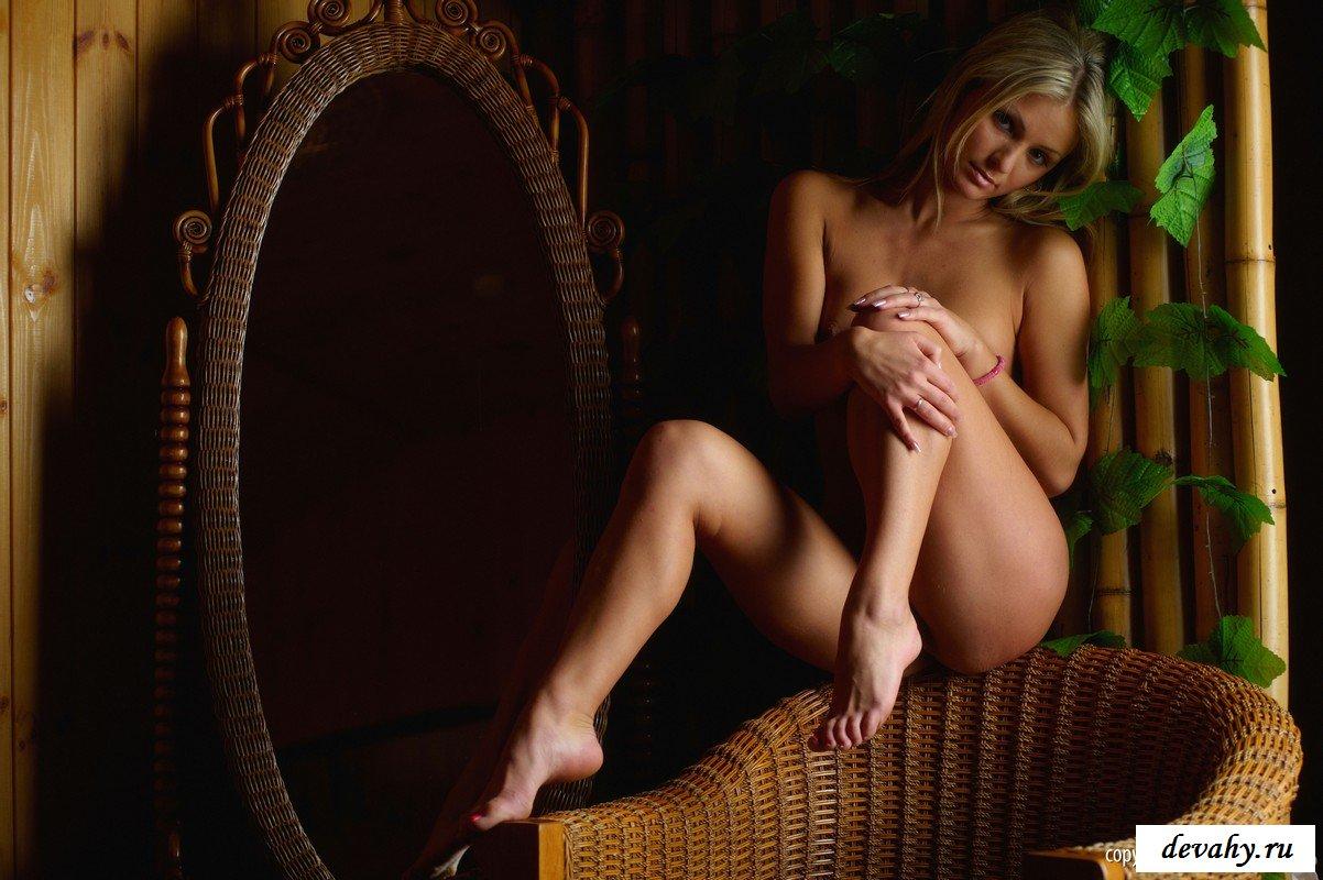 Светлая порноактриса в плетенном кресле