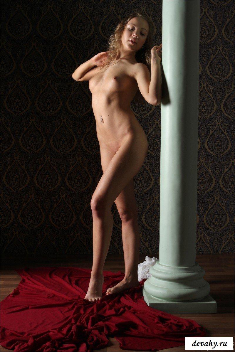 Фотографируется около колонны секс фото