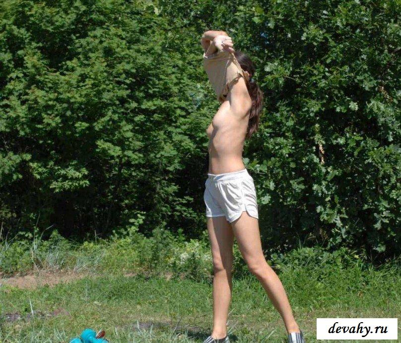 Обнаженная гимнастка в саду секс фото