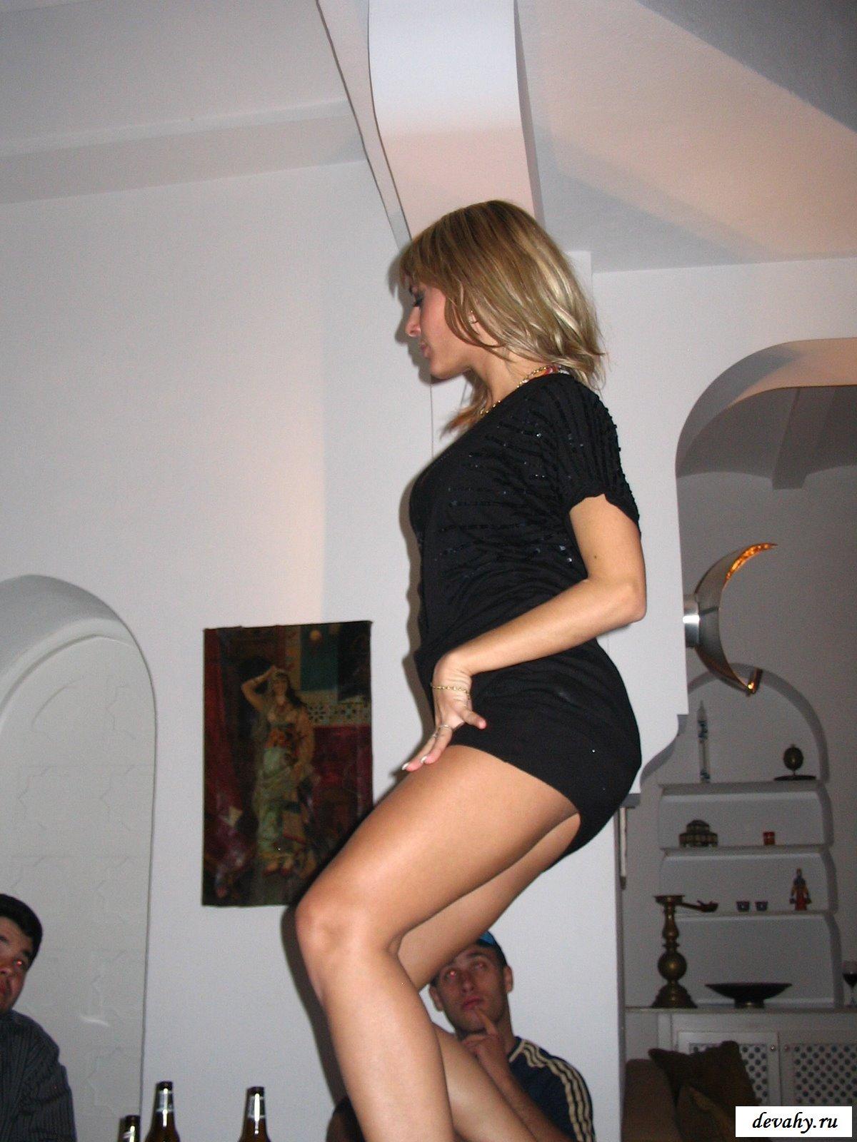 Девочки танцуют на столе