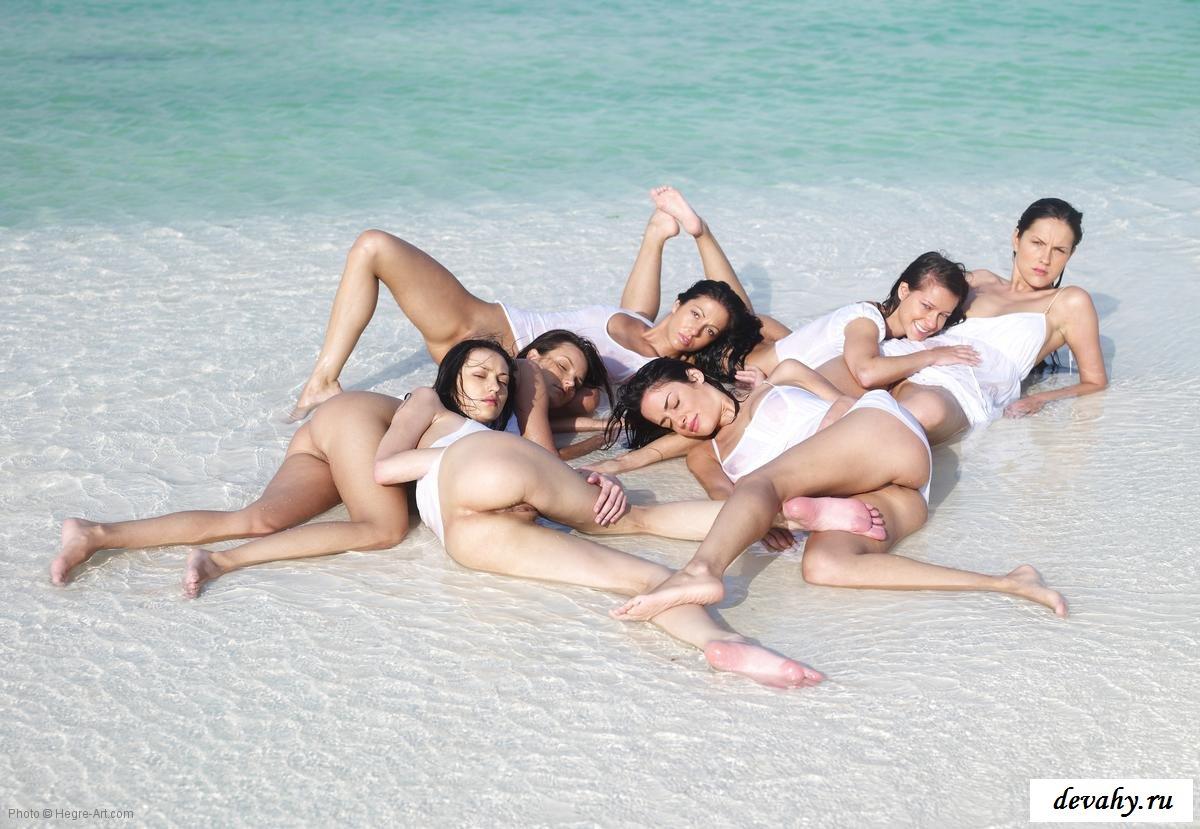 Изящные девушки на пляже