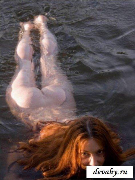 Голая рыженькая барышня на озере