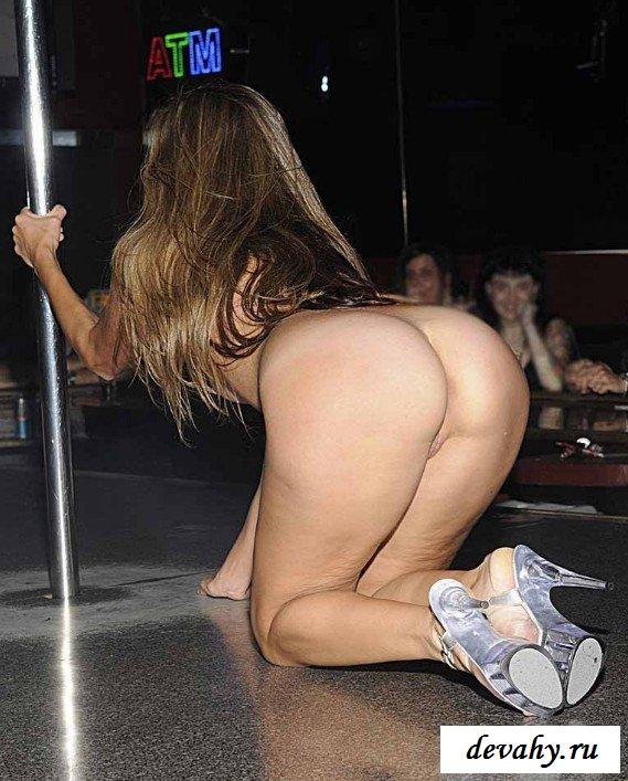 Девка соблазняет своим танцем