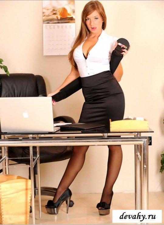 Пилотка красивой секретарши