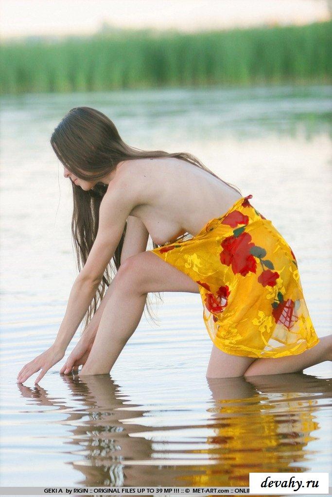 Обнаженная девочка в воде