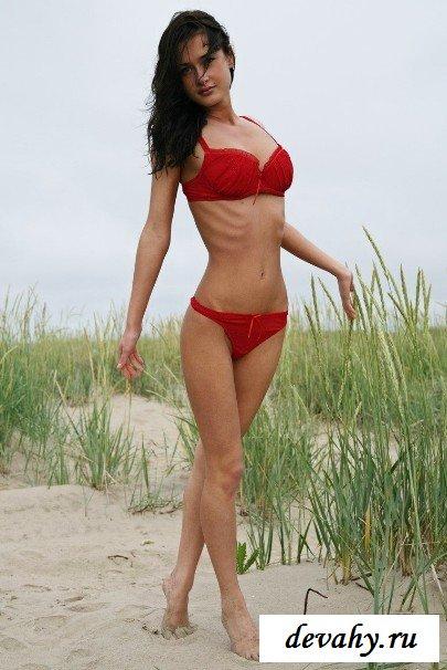 Голенькое тело модель на песке