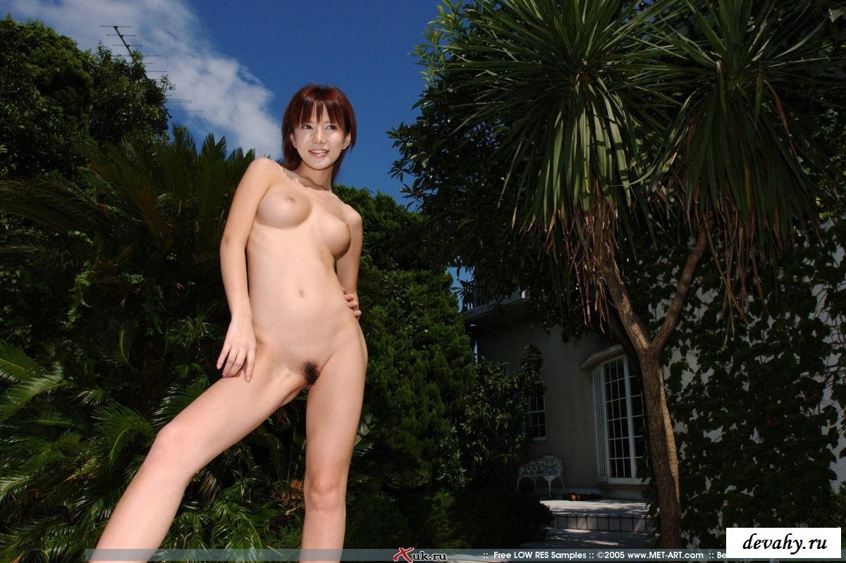 Очаровательная милашка рядом с бассейном