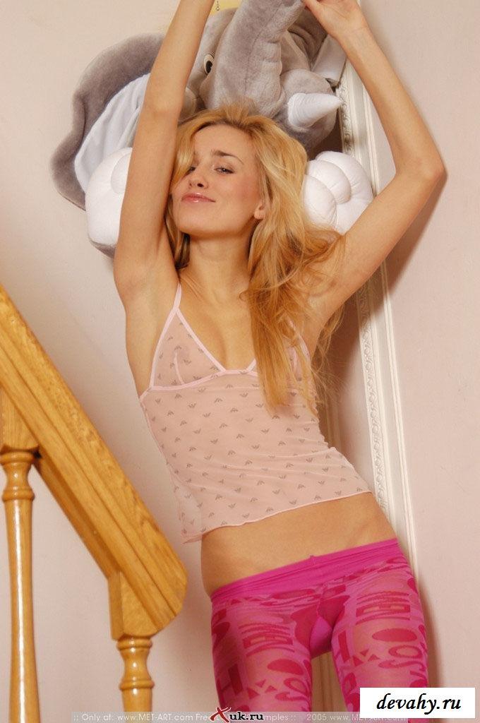 Гламурненькая малышка в розовых штанишках