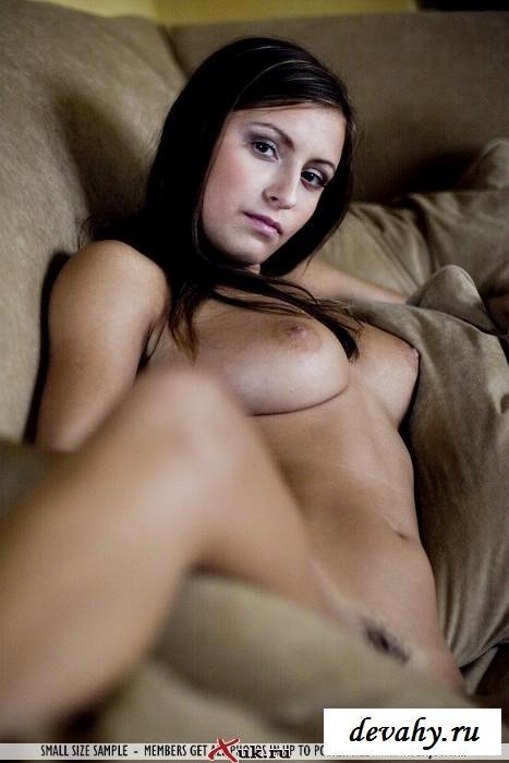 Чувственная шатенка улеглась на диван