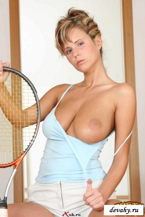 Сисястая теннисисточка с ракеткой