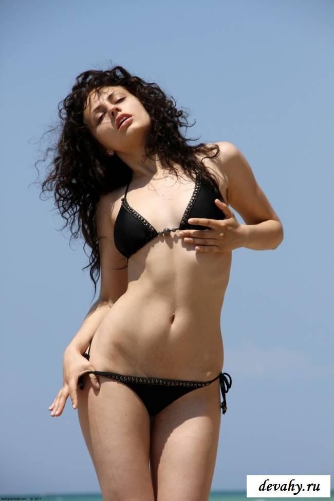 Кудрявая девочка на песке смотреть эротику