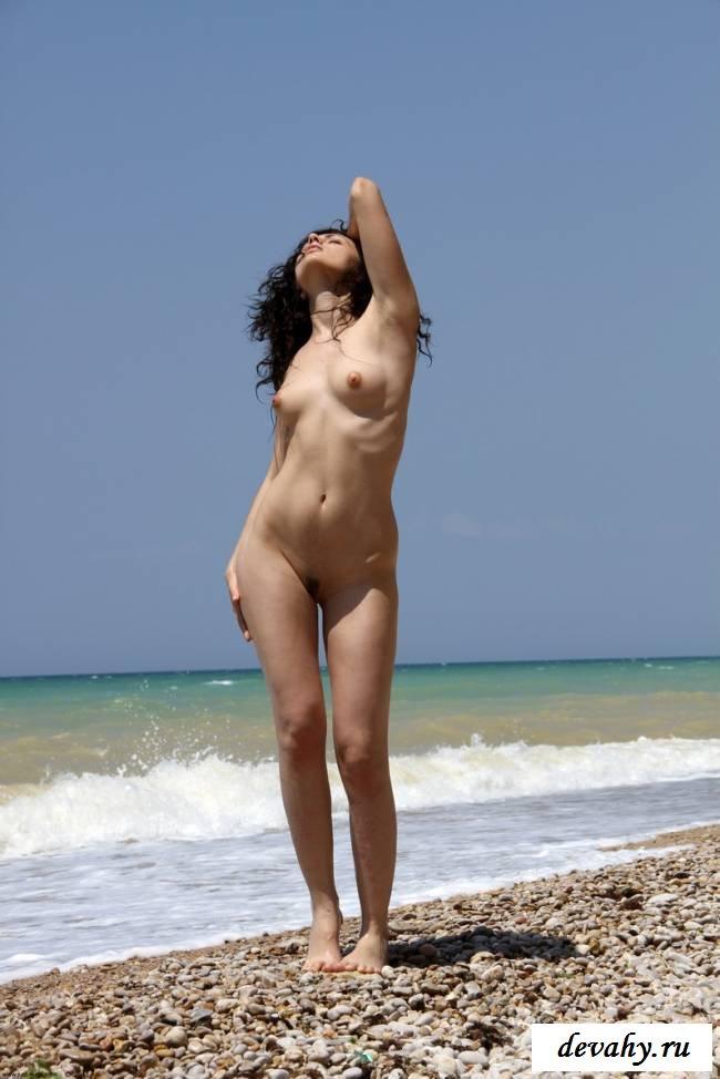 Кудрявая девочка у моря