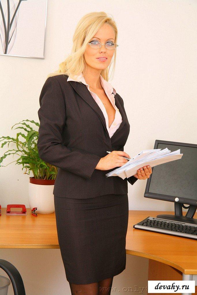 Крупные сиськи секретарши
