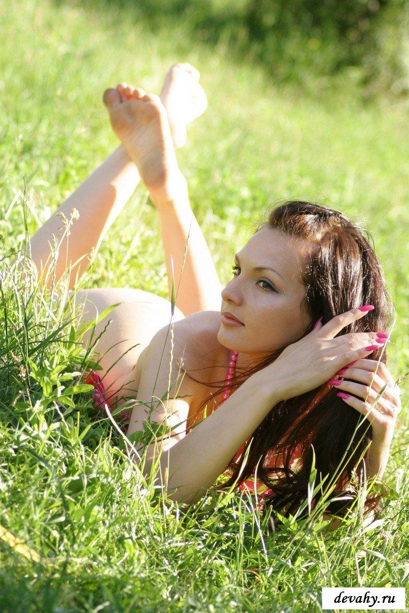 Хитрющая пошлячка под деревцем смотреть эротику