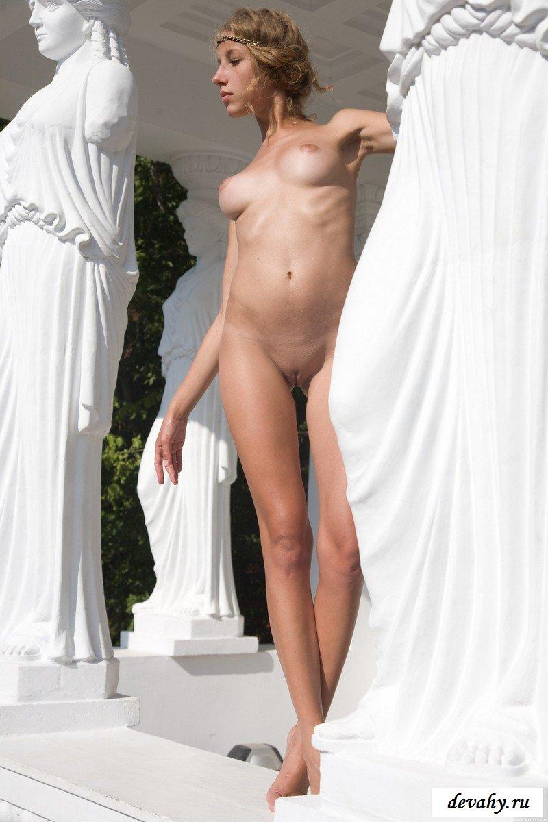 Обнаженная грудь между колонн