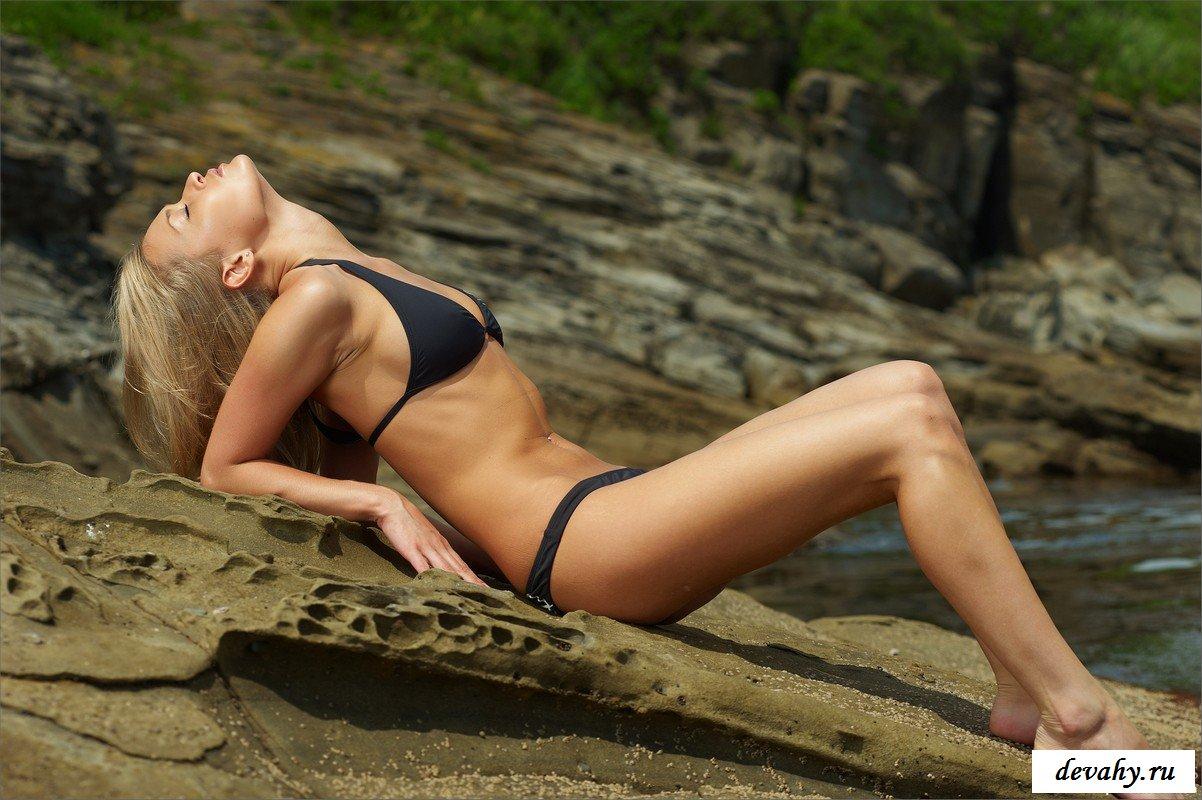 Спортивная блондинка приехала на море сниматься