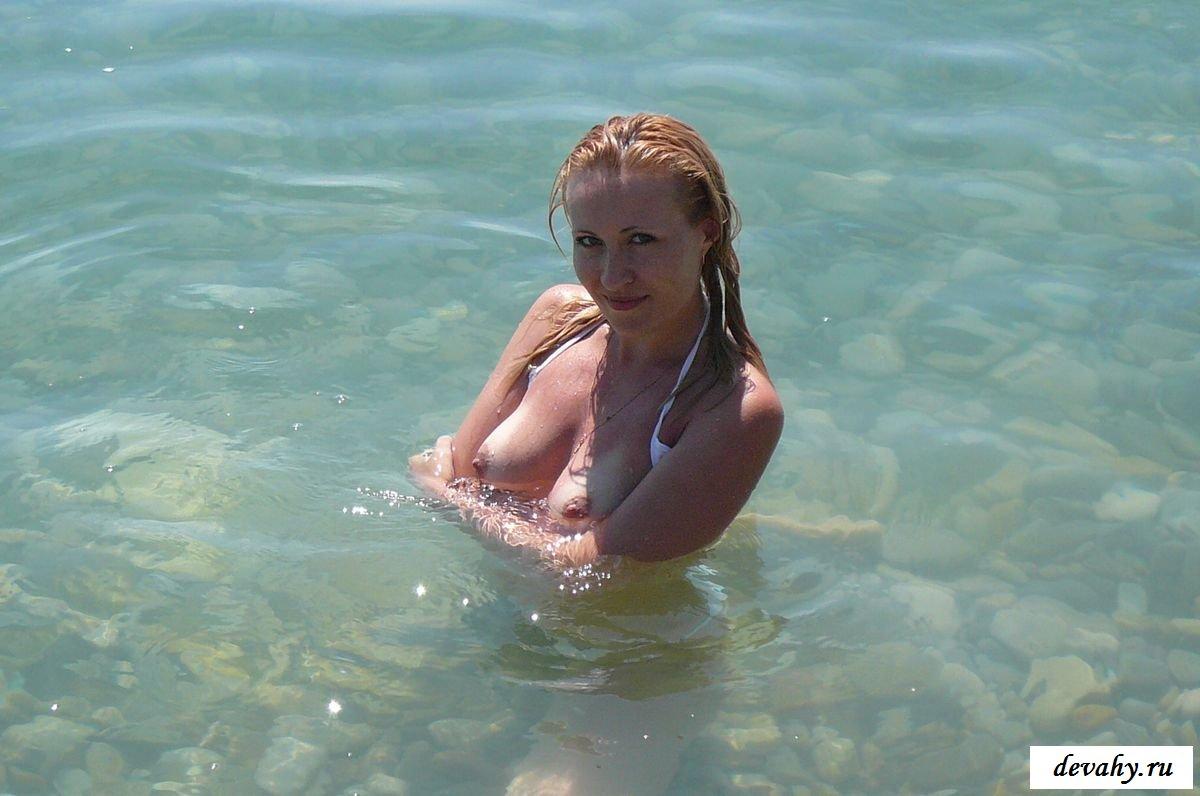 Пилотка девушки на берегу моря
