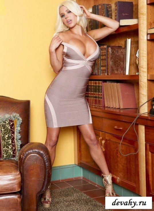 Обтягивающее платье блондинки секс фото