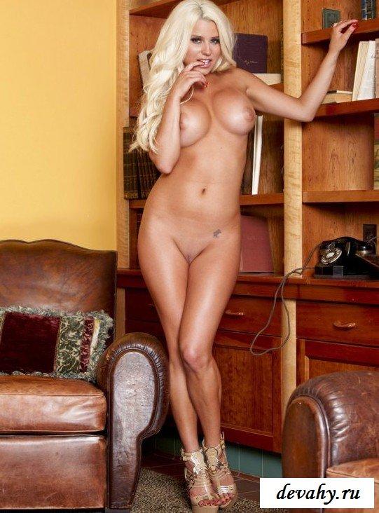 Обтягивающее платье блондинки